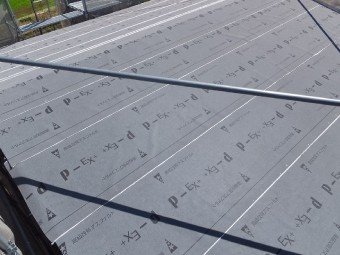 防水紙の敷設が完了した屋根