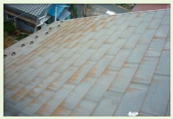 屋根材の経年劣化による色あせ、塗料が粉状になり剥がれていく