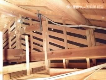 屋根裏からの軸組みの様子