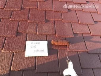 屋根に塗料を上塗りしていきます。