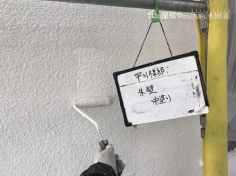外壁をラジカル塗料で中塗り