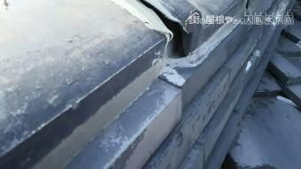 下屋根隅棟の隙間のアップ