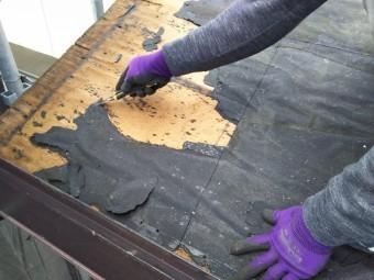古い屋根材を剥がす