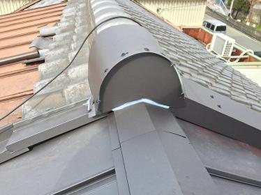 ガルバリウム鋼板の金属屋根で立平葺き施工のときの大棟や鬼瓦のしまいの仕方