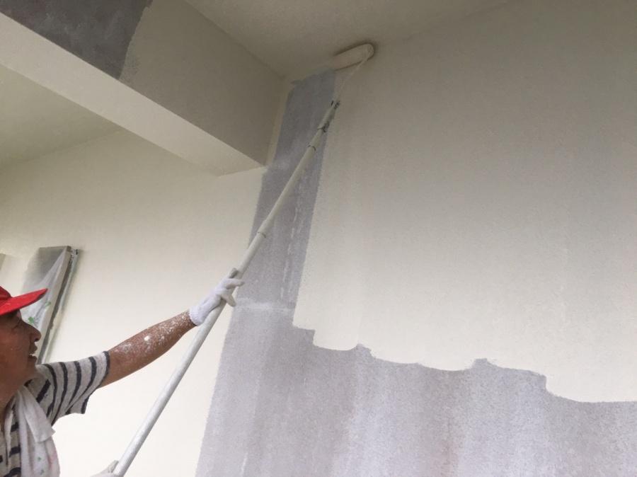 西淀川区|マンション外壁塗装。下塗材を塗布したあとの上塗り作業。