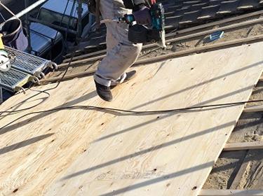 旧い屋根瓦を撤去し新しい野地板を張る