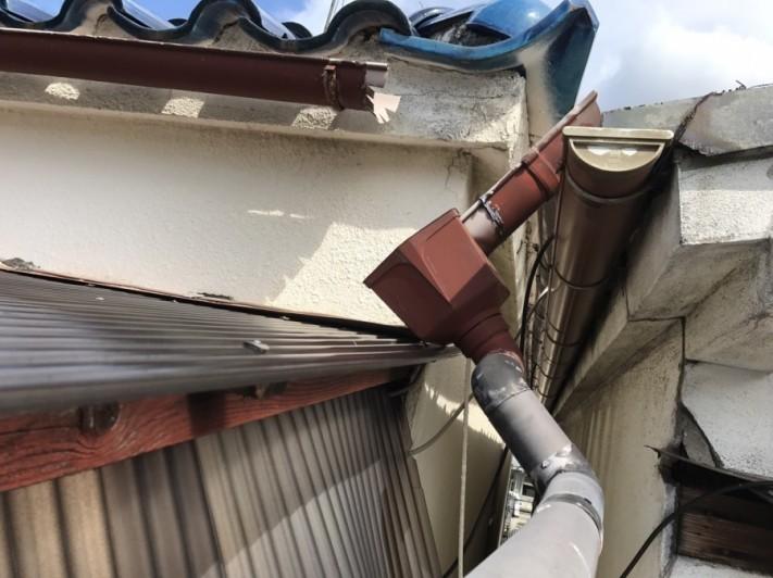 修理前の破損した雨樋