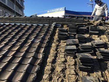 劣化した屋根瓦を剥いで旧い瓦を積み上げている