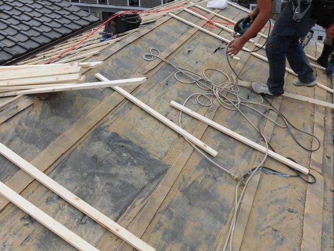 屋根下地に垂木を固定中