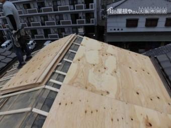 屋根に野地板を張る
