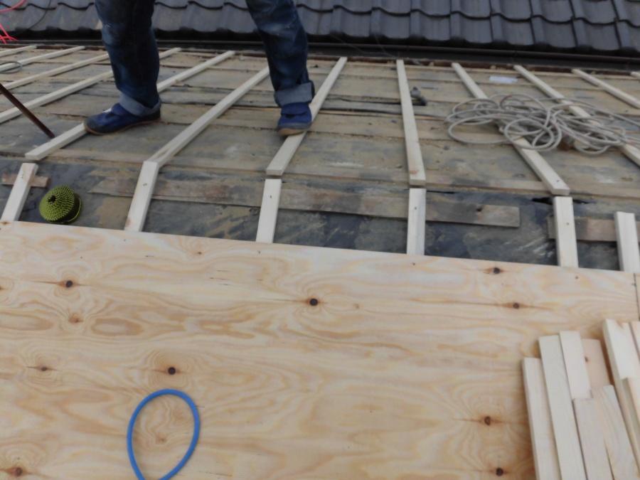 野地板として構造用合板を垂木に固定中