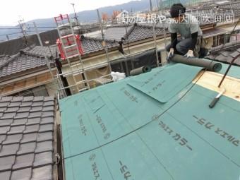 屋根に防水シートを張る