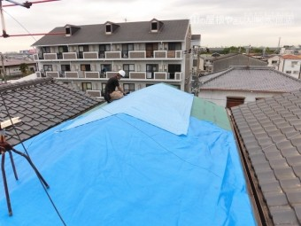屋根工事途中に雨模様でブルーシート