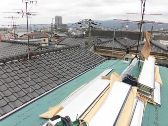 防水シートを張った屋根