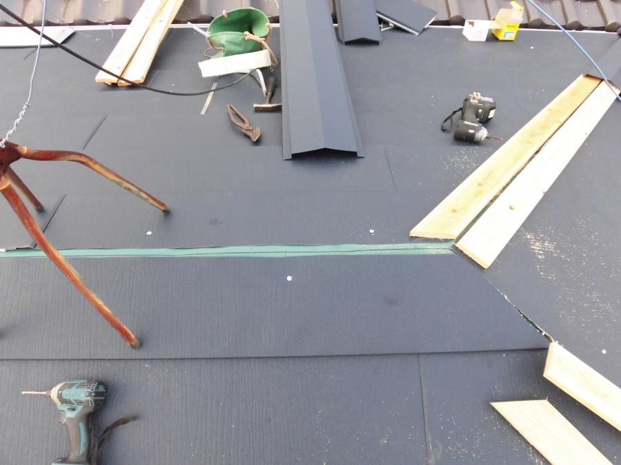 棟に貫板を固定中