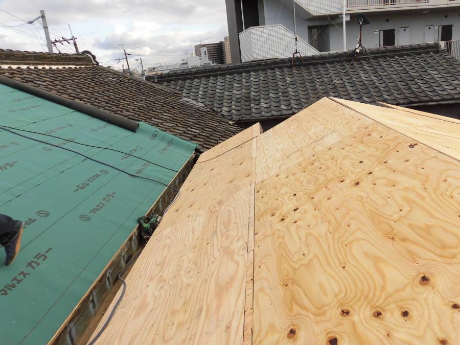 葺き替え工事 野地板の上に改質アスファルトルーフィングを敷きこんでいる途中
