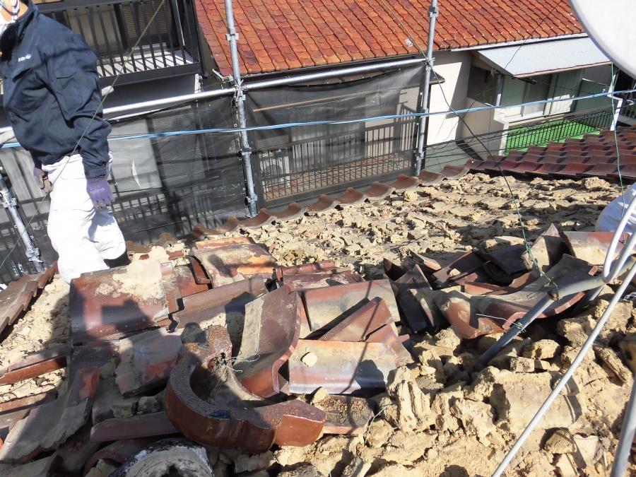 葺き替え工事の瓦の捲り作業