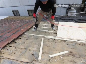 葺き替え工事 垂木に胴縁を固定します