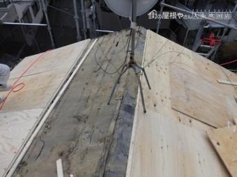 葺き替え工事 新しい野地下地の合板を胴縁に固定します