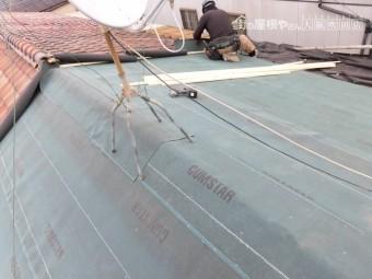 葺き替え工事 改質アスファルトルーフィング(防水シート)の敷き込み