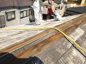 屋根の上を掃除
