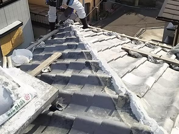 瓦屋根修理でなんばん漆喰を施工中