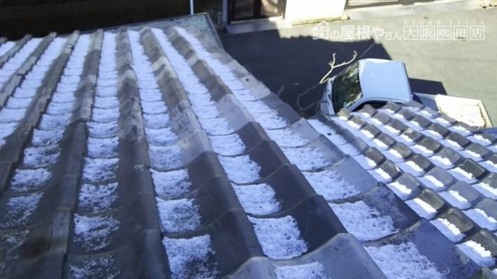 瓦が凍てている
