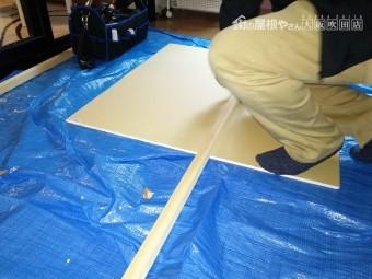 雨漏り天井補修用木材をカット