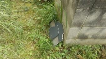 台風の暴風で飛んでしまったスレート屋根の破片