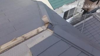 台風で吹き飛ばされた棟板金跡