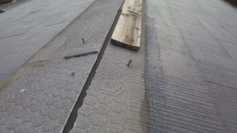 台風で吹き飛ばされた釘の飛び出た大棟板金跡