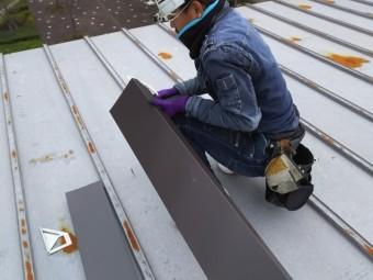 笠木板金を現場加工する職人