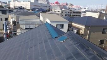 不具合のある棟を防水シートで応急処置