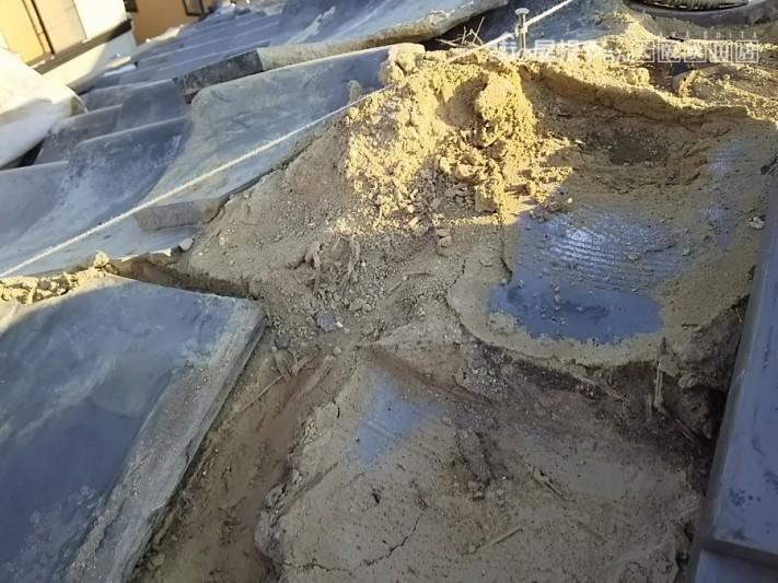 瓦の下の土が柔らかくなっている様子