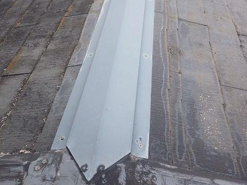 経年劣化した棟板金は釘も浮いている状態