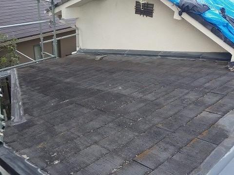 苔が繁殖したスレート屋根の表面