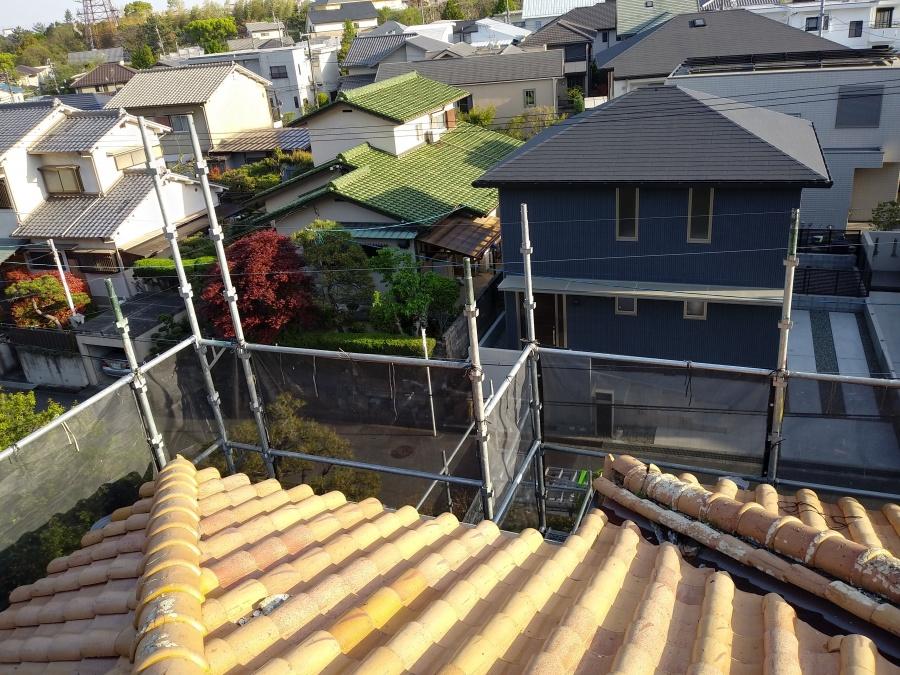 屋根葺き替え工事に必要な足場を設営中