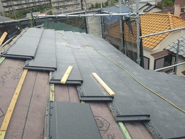 桟木に屋根材を固定