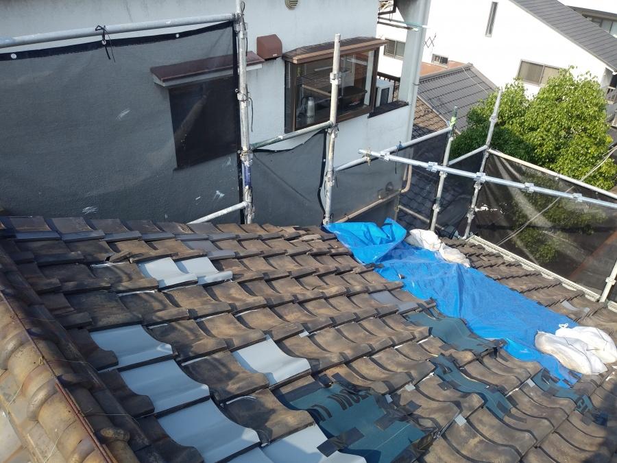 台風被害を受けた応急処置がなされた屋根