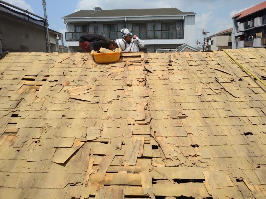 屋根下地の調整作業中