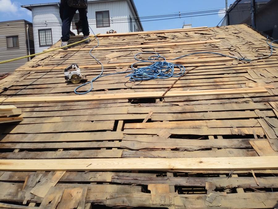 垂木で屋根下地を整えています