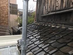 葺き替え前の下屋根と張替え前の外壁