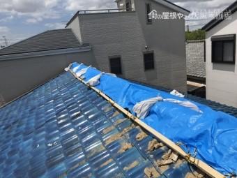 震災でズレた瓦をブルーシートで養生カバー