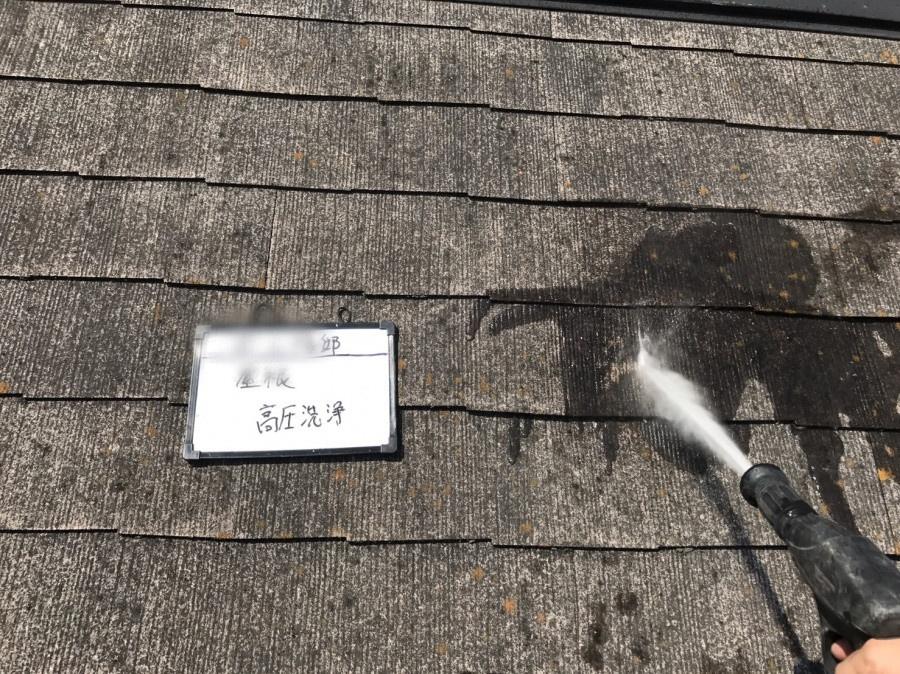 スレート屋根の高圧洗浄中