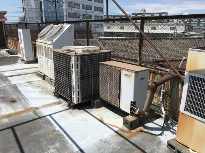屋上の劣化した室外機
