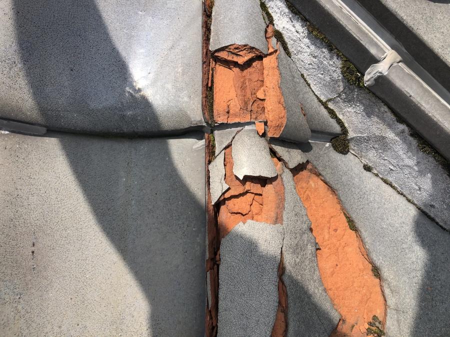 凍て割れしている瓦