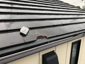 台風の強風で隣家に瓦がぶつかり屋根が破損