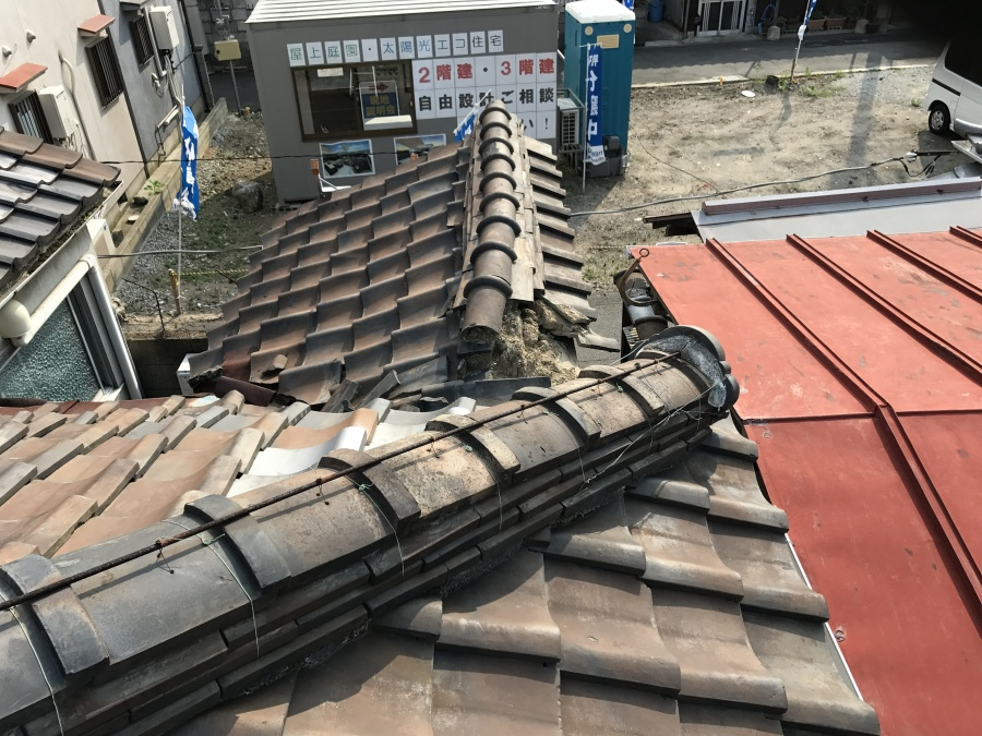 補修前の劣化した瓦屋根