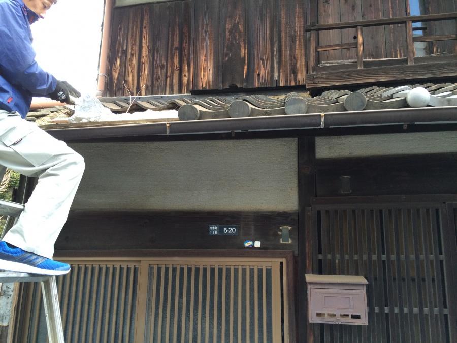 新しいなんばんを屋根に塗っているところ