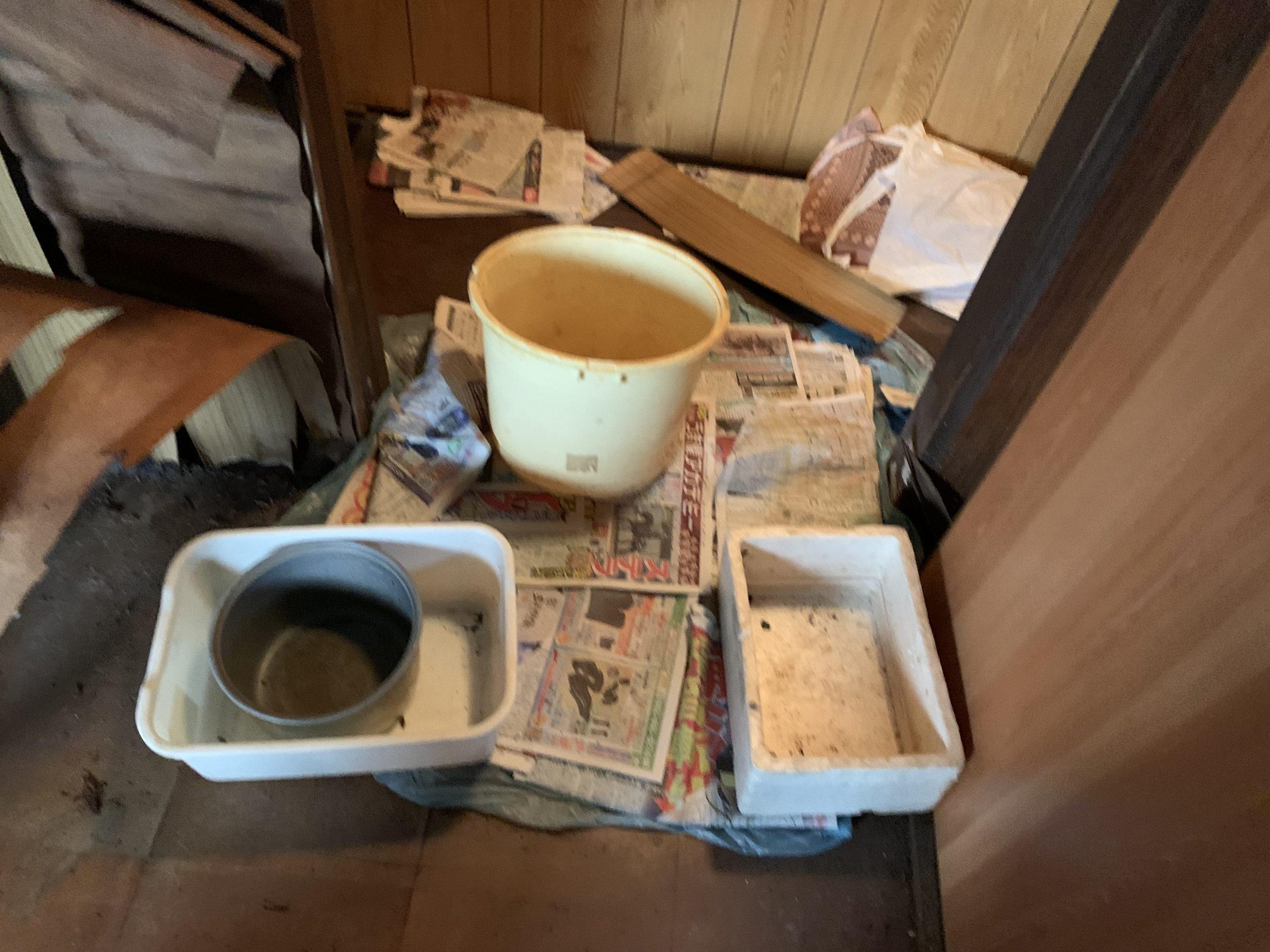 雨漏り応急処置として置かれたたくさんの容器